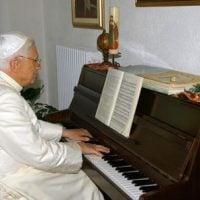 benoit-xvi-piano